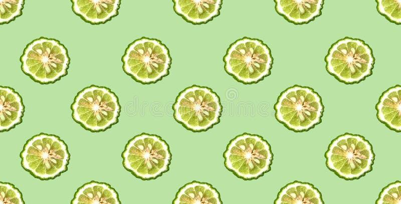 Kleurrijk patroon van verse bergamotplakken op groene achtergrond Van hoogste mening stock fotografie