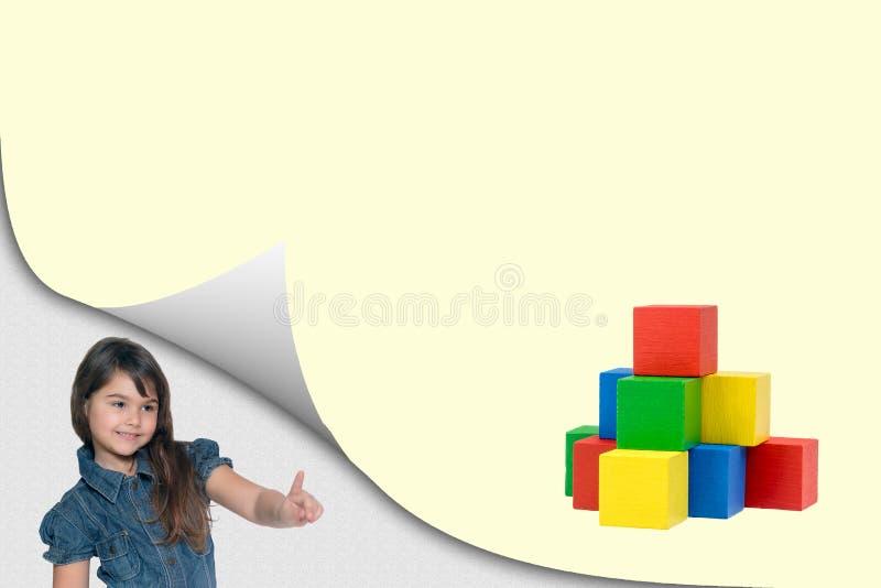 Kleurrijk piramidestuk speelgoed concept met meisje stock foto's