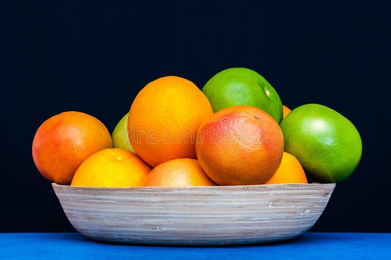Kleurrijk plaathoogtepunt van citrusvruchten Sinaasappelen, grapefruits stock foto