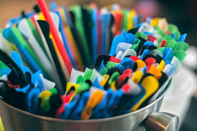 Kleurrijk plastic het drinken stro in aluminiumkom stock foto's