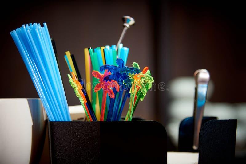 Kleurrijk plastic het drinken stro Helder multicolored stro op de bar royalty-vrije stock foto's