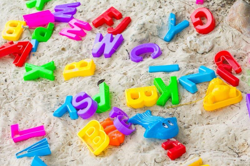 Kleurrijk plastic speelgoed voor jong geitje op het strand royalty-vrije stock afbeeldingen