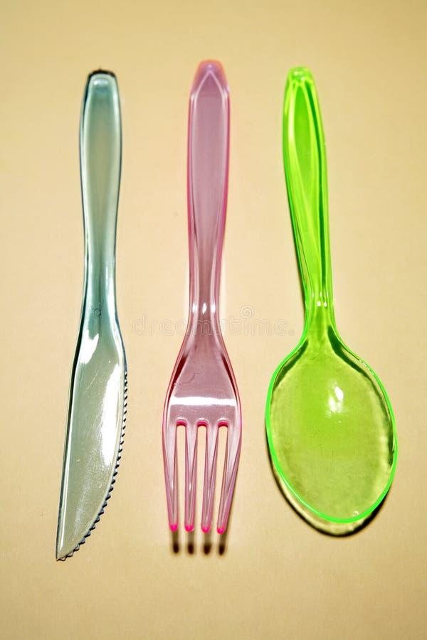 Kleurrijk plastic tafelzilver stock afbeeldingen