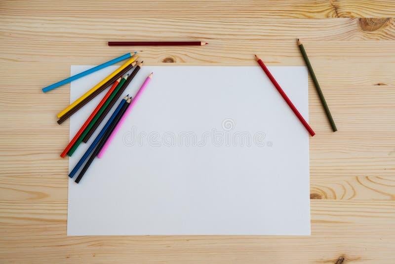 Kleurrijk potloden en blad van wit duidelijk document voor tekening royalty-vrije stock afbeeldingen