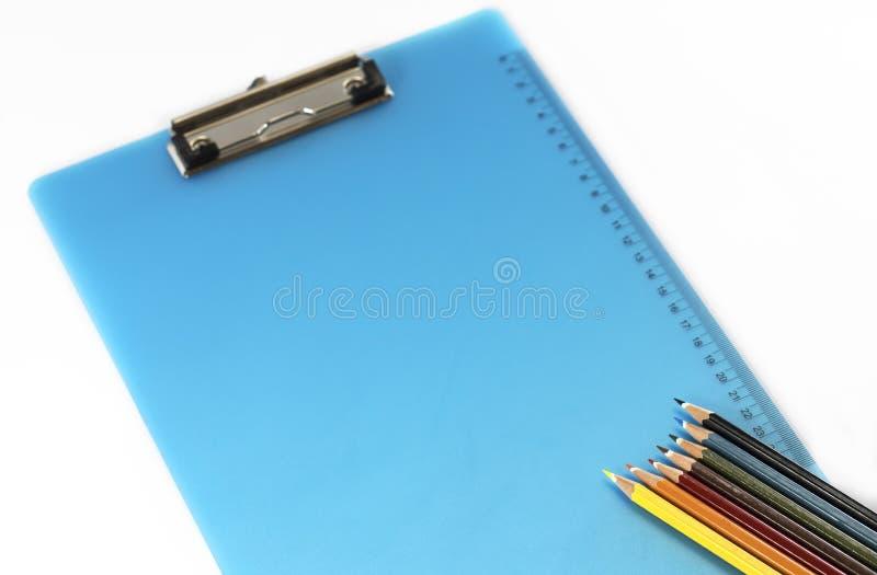 Kleurrijk potloden en klembord royalty-vrije stock fotografie