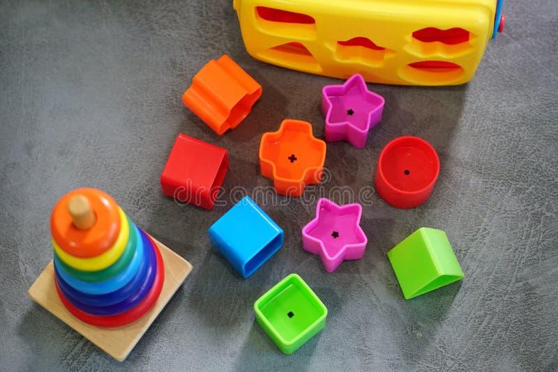 Kleurrijk speelgoed in speelkamer stock foto's