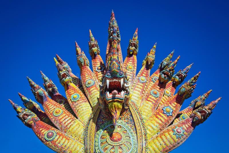 Kleurrijk standbeeld van de Koning van Nagas of Serpentkoning in de tempel stock fotografie