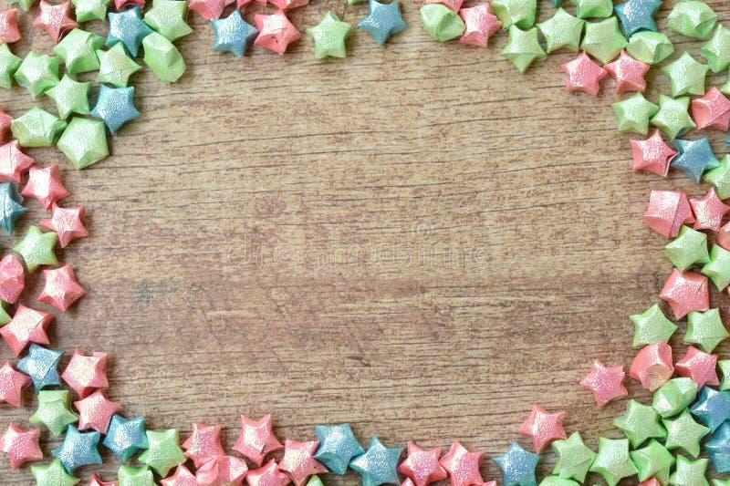 Kleurrijk sterdocument die de ruimte van het cirkelexemplaar op houten plank beschuldigen royalty-vrije stock afbeelding