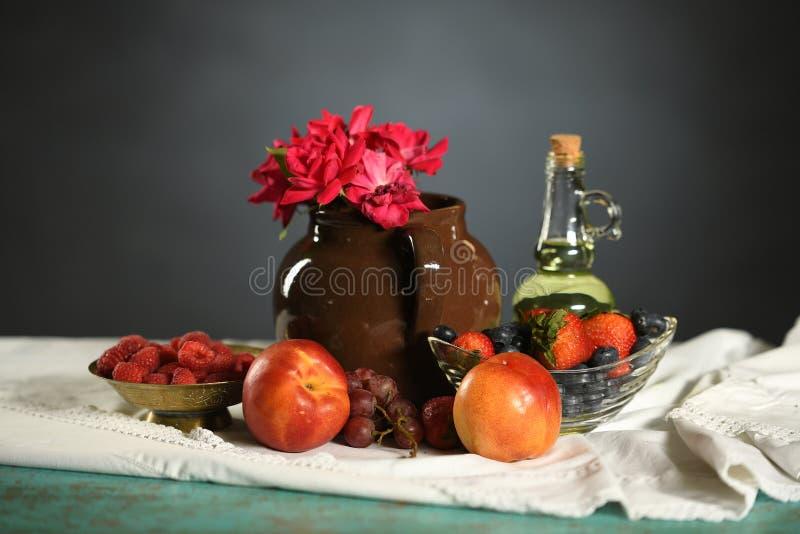 Kleurrijk Stilleven met Vruchten en Rozen stock afbeelding