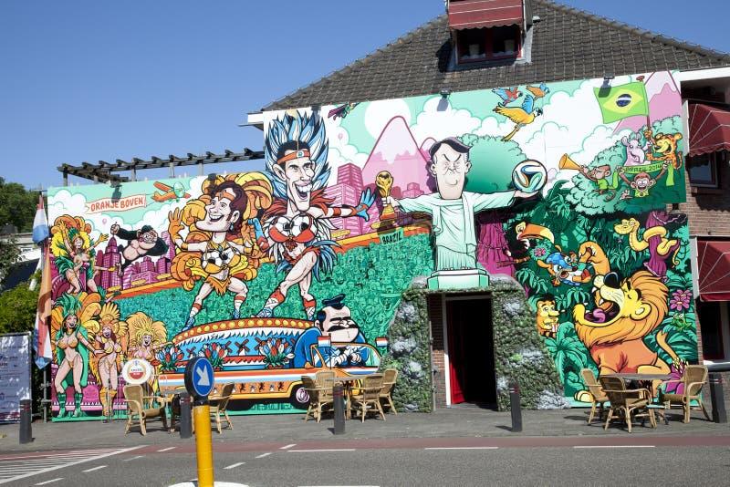 Kleurrijk straatmuurschilderij van Nederlandse voetballers en bus royalty-vrije stock foto