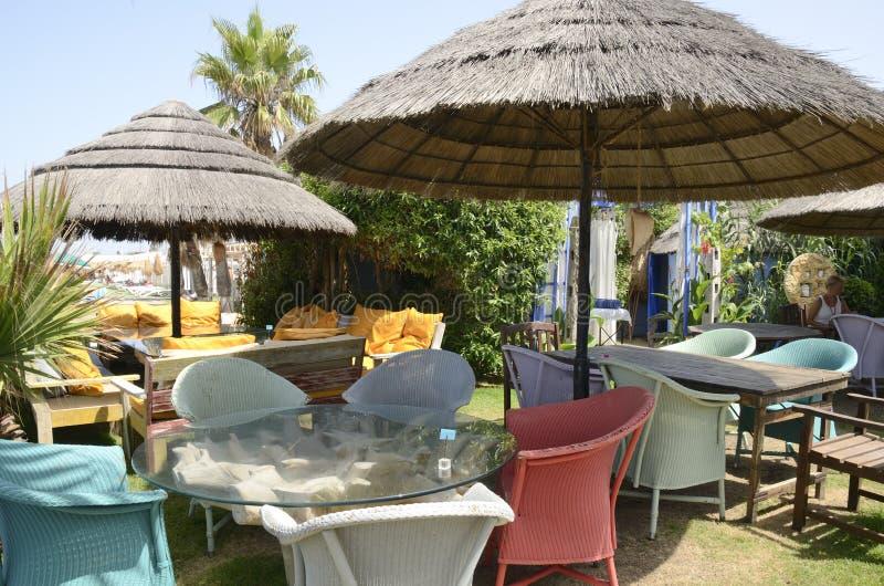 Kleurrijk strandrestaurant stock afbeeldingen