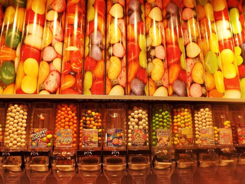 Kleurrijk suikergoed in diverse die vormen in een snoepwinkel worden aangeboden Kristiansand, Noorwegen royalty-vrije stock foto