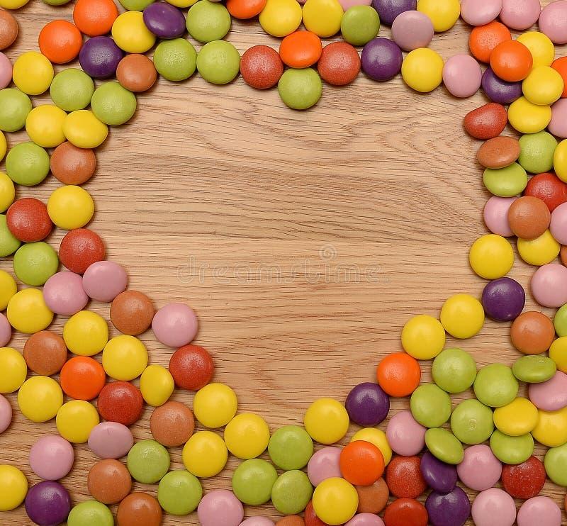 Kleurrijk suikergoed in hartvorm stock afbeelding