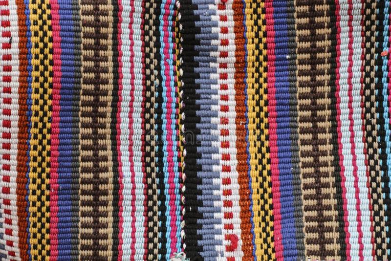 Kleurrijk tapijt in verticale strepen van verschillende kleuren, traditi royalty-vrije stock afbeelding