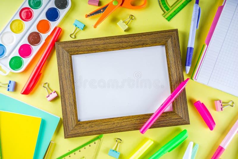 Kleurrijk terug naar de achtergrond van het schoolmateriaal stock foto