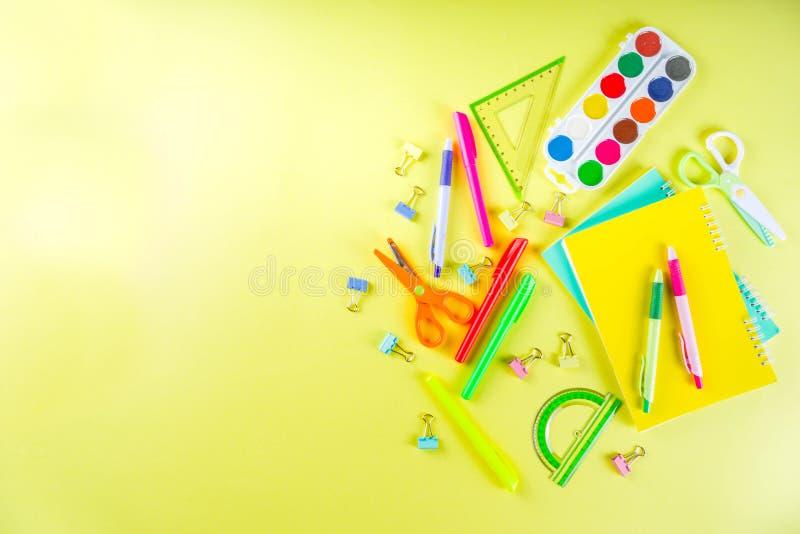 Kleurrijk terug naar de achtergrond van het schoolmateriaal royalty-vrije stock afbeelding