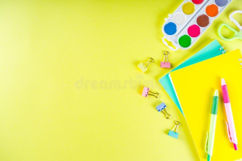 Kleurrijk terug naar de achtergrond van het schoolmateriaal royalty-vrije stock fotografie