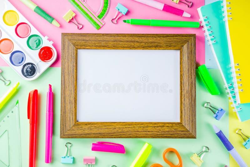 Kleurrijk terug naar de achtergrond van het schoolmateriaal stock foto's