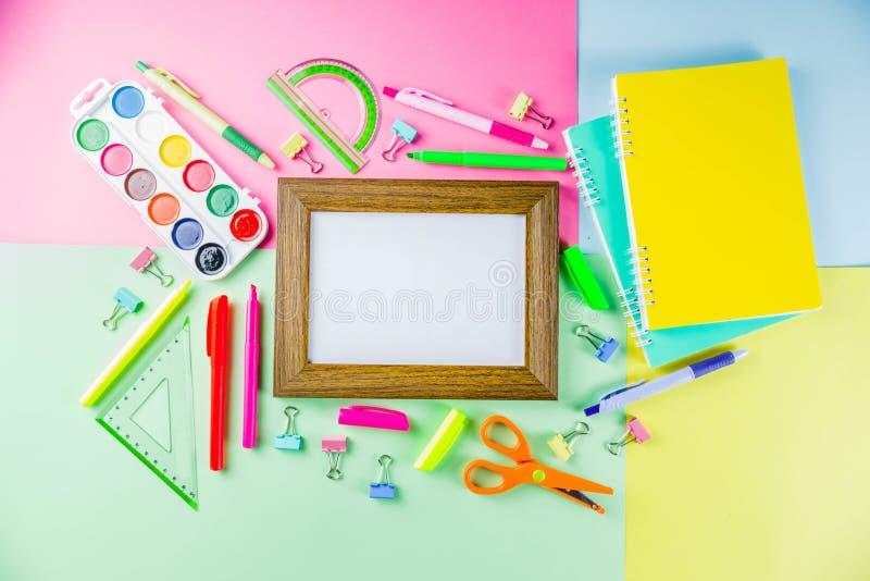 Kleurrijk terug naar de achtergrond van het schoolmateriaal royalty-vrije stock foto
