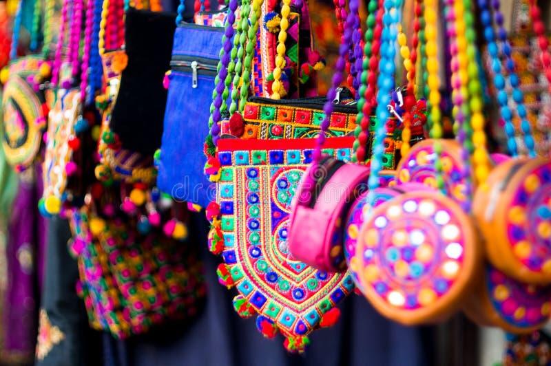 Kleurrijk, textiel, hand - de gemaakte hand doet het hangen in een winkel in Gujarat in zakken stock fotografie