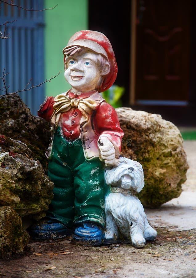 Kleurrijk tuin dwergstandbeeld met weinig puppy stock afbeeldingen