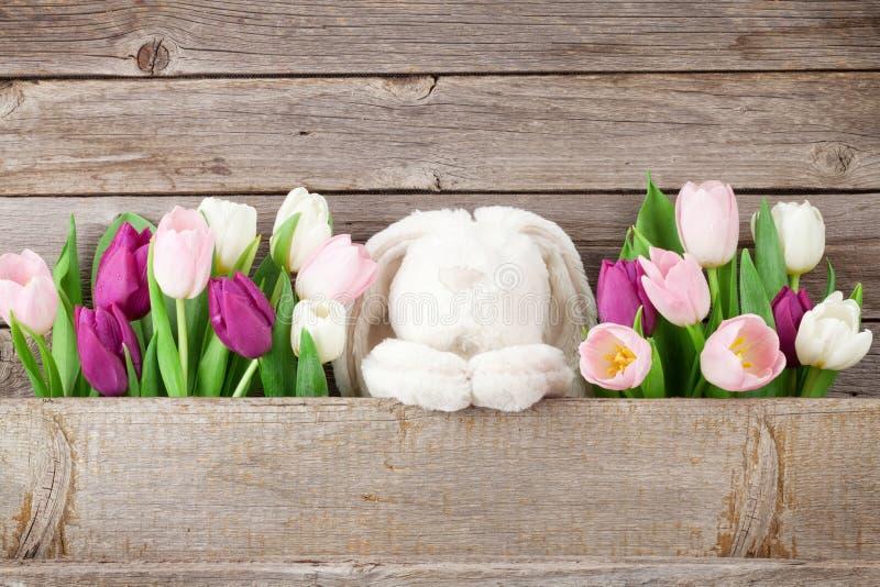 Kleurrijk tulpen en konijn Gele mobiele telefoon royalty-vrije stock foto's