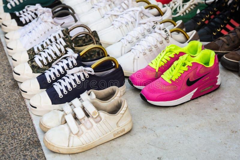 Kleurrijk van de merken van tweede handschoenen voor verkoop bij straatvlo ma stock foto's