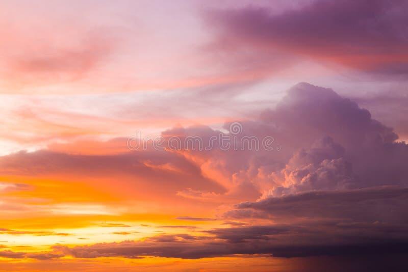 Kleurrijk van de wolken en de hemel bij zonsondergang, bij schemering royalty-vrije stock afbeeldingen
