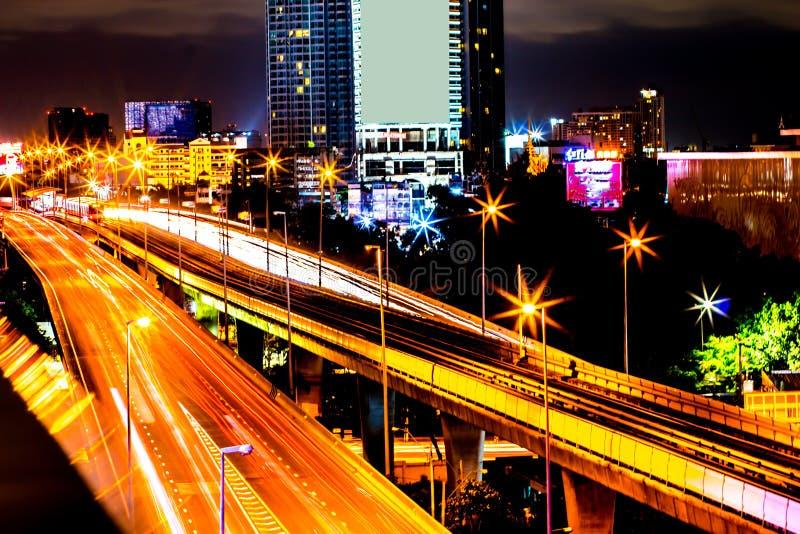 Kleurrijk van nacht van stads de moderne gebouwen en weg lichte samenvatting stock foto's