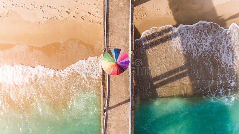 Kleurrijk van paraplu op het strand stock afbeelding
