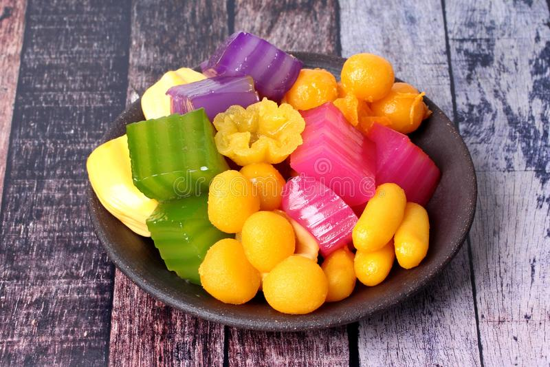 Download Kleurrijk Van Thaise Gestoomde Laagcake In Kubus En Gebraden Gebakje Gol Stock Afbeelding - Afbeelding bestaande uit heerlijk, laag: 107706957