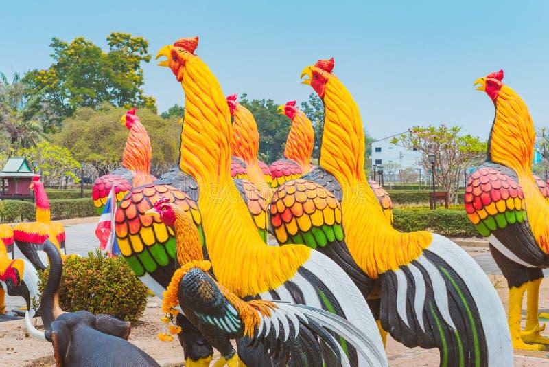 Kleurrijk van vele haanstandbeelden bij Koning Naresuan Monument royalty-vrije stock foto's