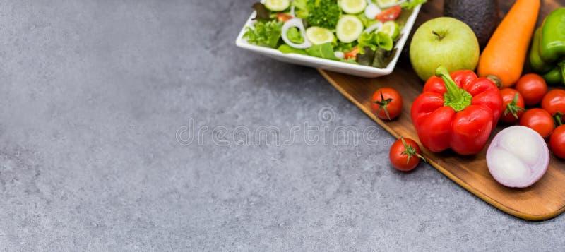 Kleurrijk van verse organische groenten en salade voor het koken dieet en gezond voedsel stock fotografie