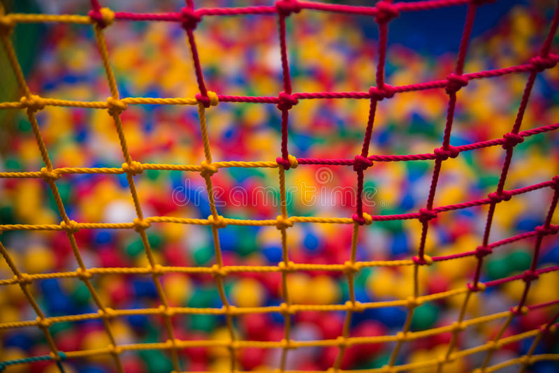 Kleurrijk veiligheidsnetwerk in speelkamer stock foto