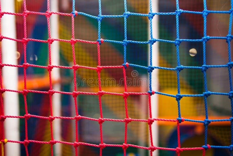 Kleurrijk veiligheidsnetwerk in speelkamer stock foto's