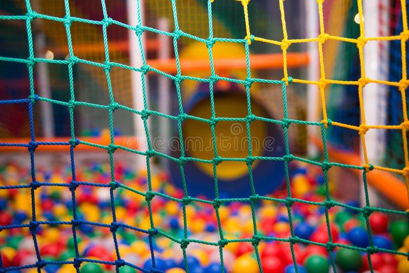 Kleurrijk veiligheidsnetwerk in speelkamer royalty-vrije stock foto