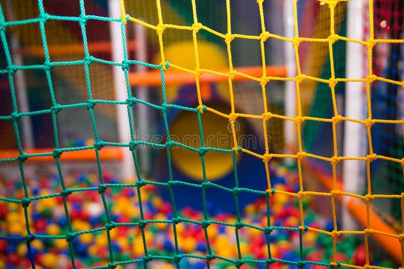 Kleurrijk veiligheidsnetwerk in speelkamer royalty-vrije stock foto's