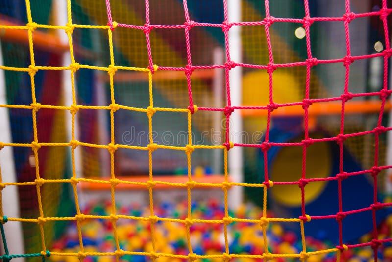 Kleurrijk veiligheidsnetwerk in speelkamer stock afbeelding
