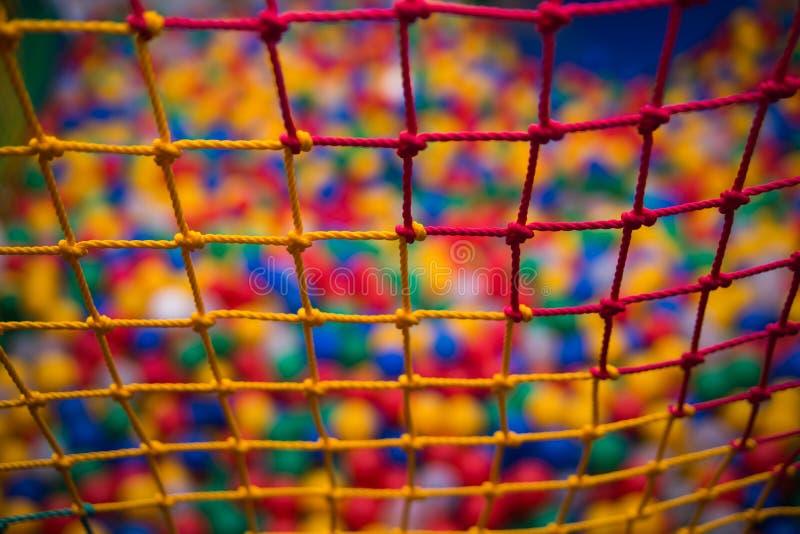 Kleurrijk veiligheidsnetwerk in speelkamer royalty-vrije stock fotografie