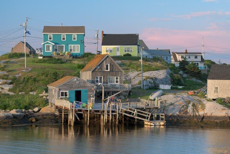 Kleurrijk visserijdorp van de Inham van Peggy ` s royalty-vrije stock foto's