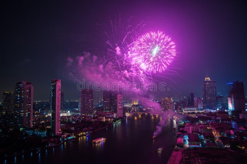 Kleurrijk vuurwerk in een nachtscène door de rivier royalty-vrije stock afbeeldingen
