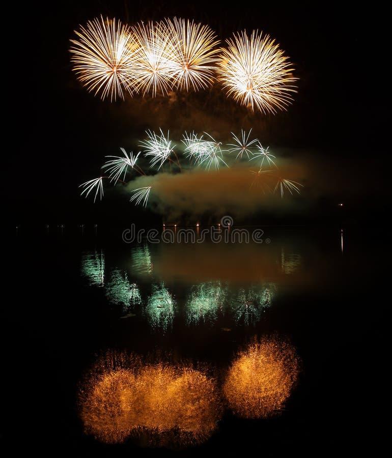 Kleurrijk vuurwerk met bezinning over meer royalty-vrije stock afbeeldingen