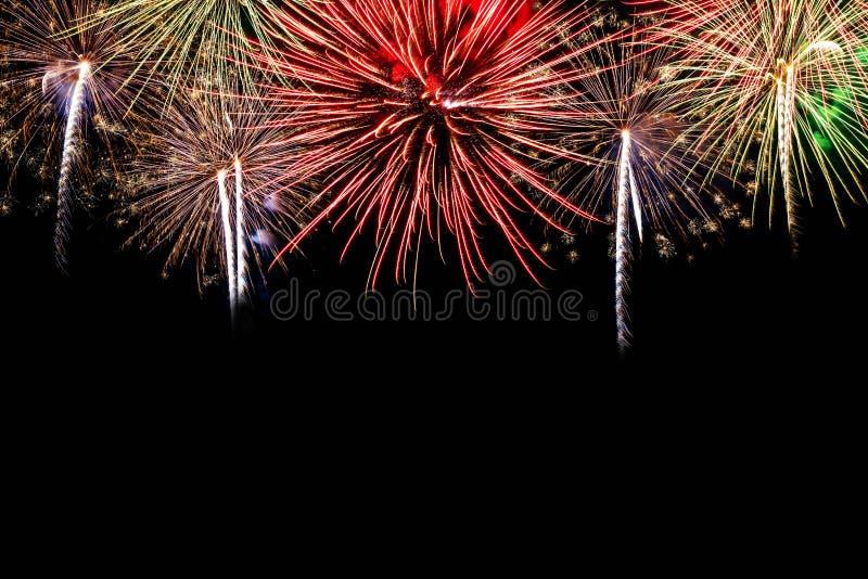 Kleurrijk vuurwerk op de nachthemel Het vuurwerk van de nieuwjaarviering Abstract die vuurwerk op zwarte achtergrond met beschikb stock fotografie