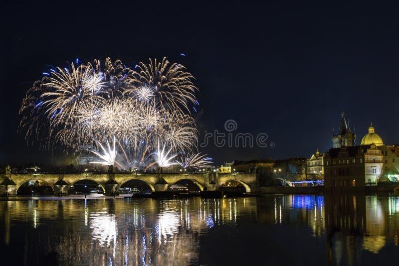 Kleurrijk vuurwerk over Charles-brug en de rivier Vltava praag stock foto