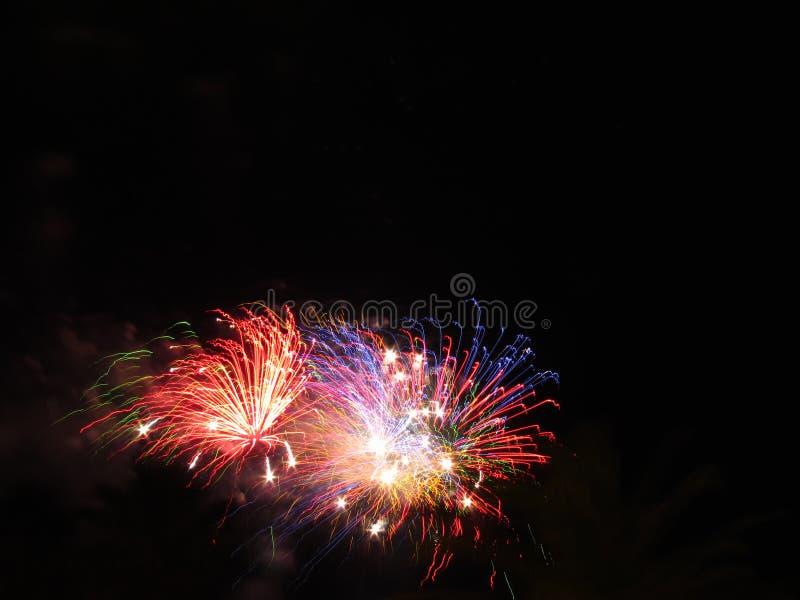 Download Kleurrijk Vuurwerk Van Divers Kleurenlicht Omhoog De Nachthemel Stock Foto - Afbeelding bestaande uit brand, exploding: 114227654