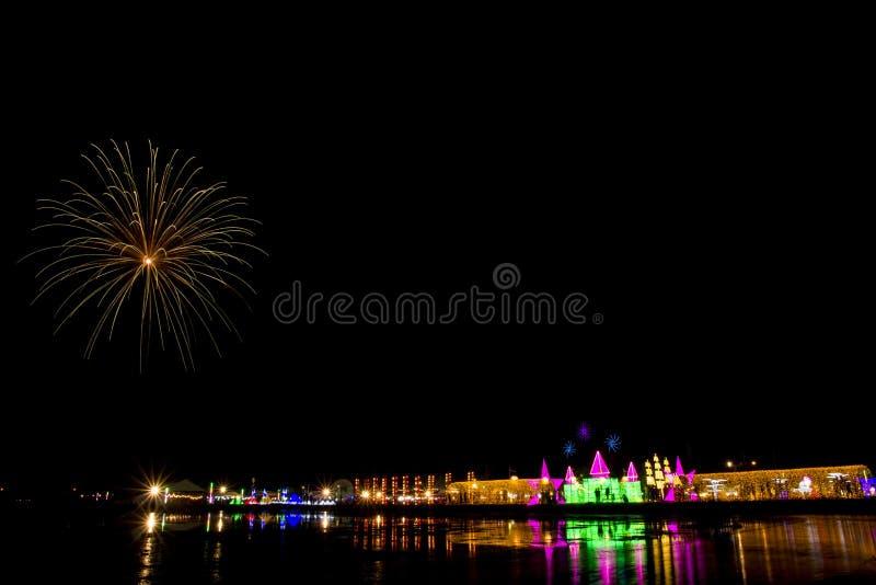 Kleurrijk vuurwerkfestival over OVERZEES SALT stock fotografie