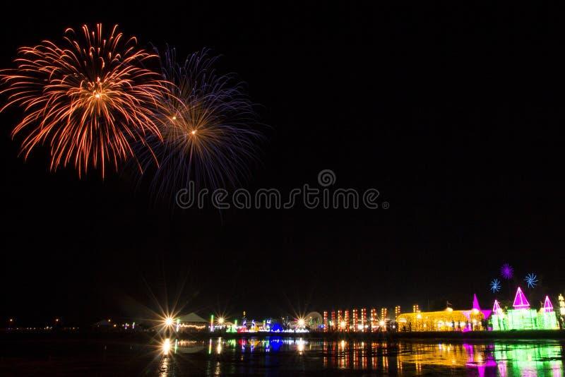 Kleurrijk vuurwerkfestival over OVERZEES SALT royalty-vrije stock fotografie