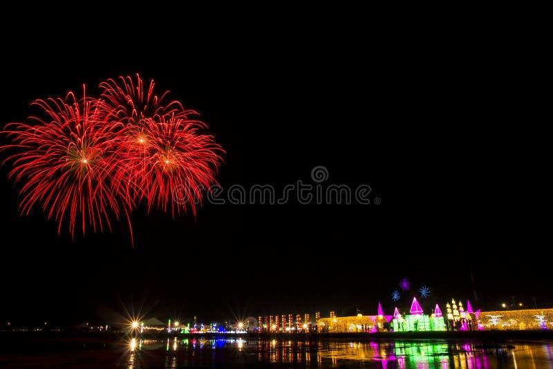 Kleurrijk vuurwerkfestival over OVERZEES SALT & LICHT bij Phetchaburi-provincie royalty-vrije stock foto