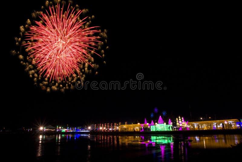 Kleurrijk vuurwerkfestival over OVERZEES SALT & LICHT bij Phetchaburi-provincie royalty-vrije stock foto's