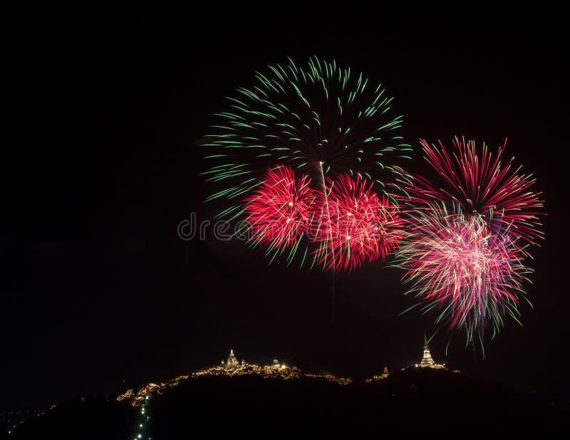 Kleurrijk vuurwerkfestival over Phra Nakhon Khiri Khao Wang bij P stock fotografie